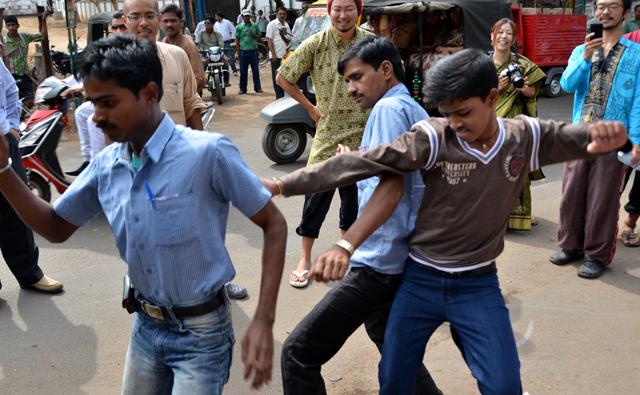 結婚パレードで踊るインド人たち