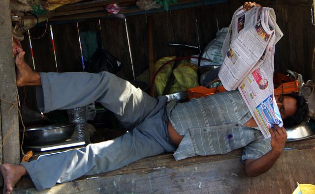 新聞を読むインド人
