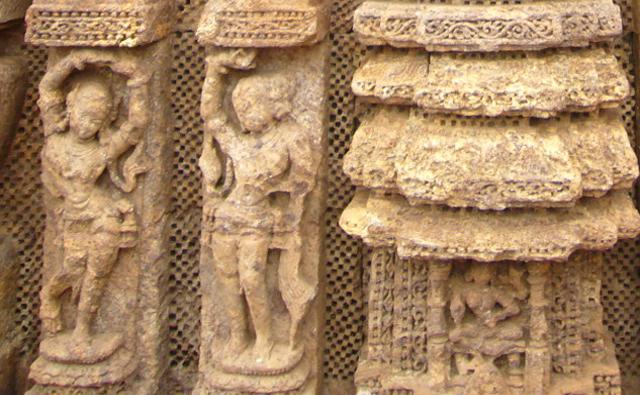 スーリヤ寺院に刻まれた舞踊ポーズの彫刻