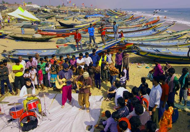 漁村でのゲリラライブ