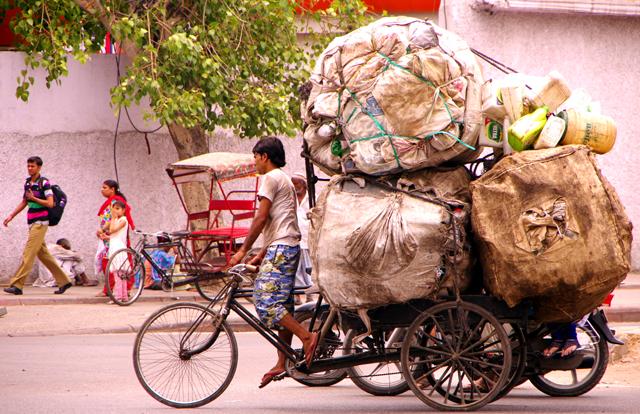 インド 運び過ぎ サイクルリキシャ 全体