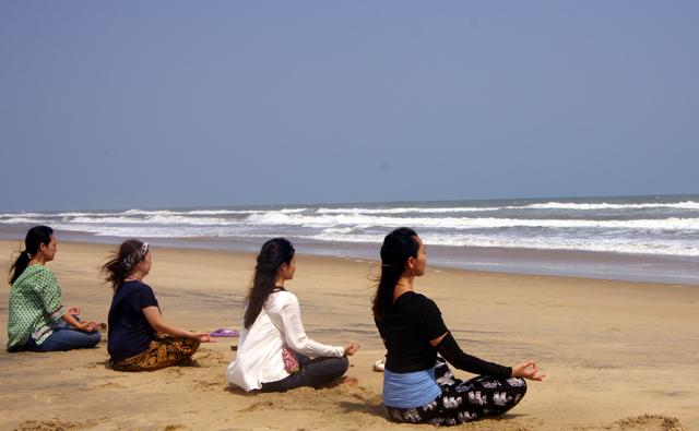 インド、プリーのビーチでヨガ仲間と瞑想