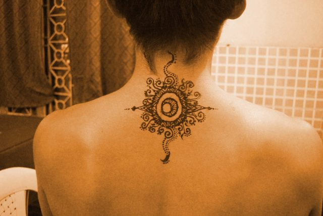 ヘナアートで太陽のシンボル