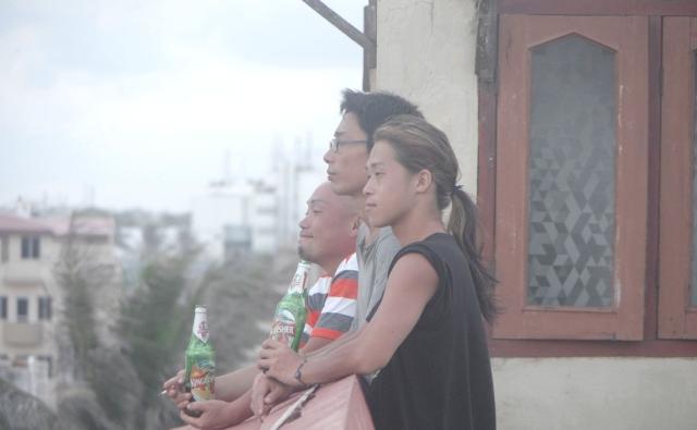 プリーの屋上でビールを片手に仲間達と佇んでいます。