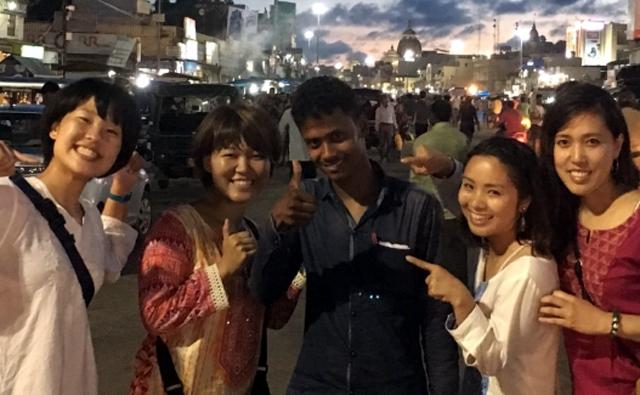インドの街角でインド人と記念撮影