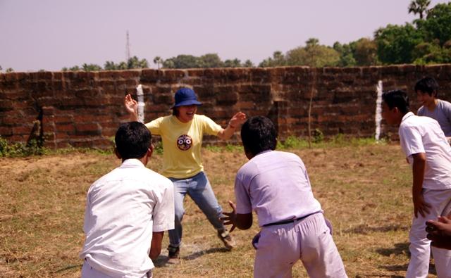 学校ボランティアツアーでインド人の学生とカバディをするはる