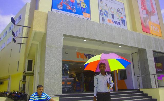 BIG BAZAARのエントランスです。警備員さんと色鮮やかな傘。
