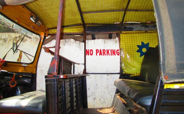 注意書きを無視し駐車するオートリキシャ―です。