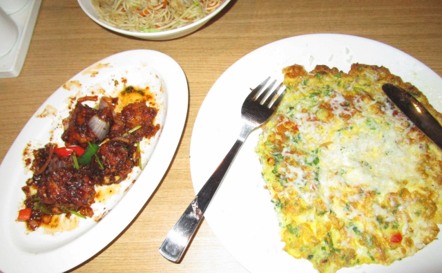 左:ファイブチリチキン、右:チーズ&チリオムレットの写真です。