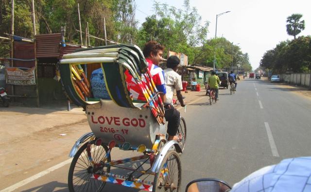 LOVE GODと書かれたサイクルリキシャー。