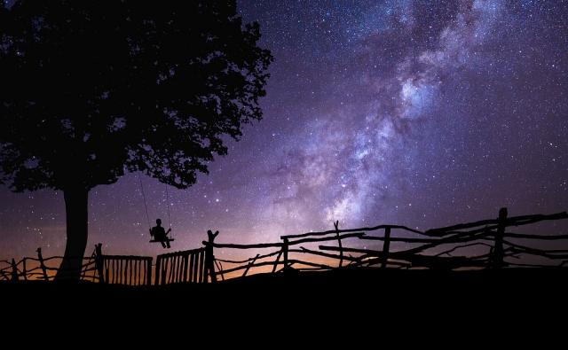 夜空とブランコの写真です。