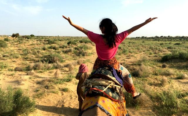 ジャイサルメールでラクダに乗ってサファリ体験をしました。