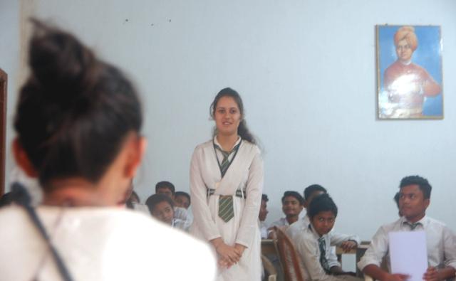 自己紹介をする女子生徒。彼女は将来公認会計士になりたいそう!