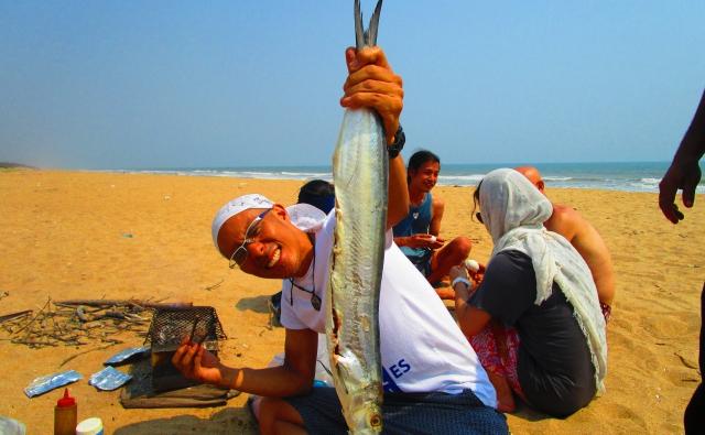 大魚を掲げる坂本さんの写真。