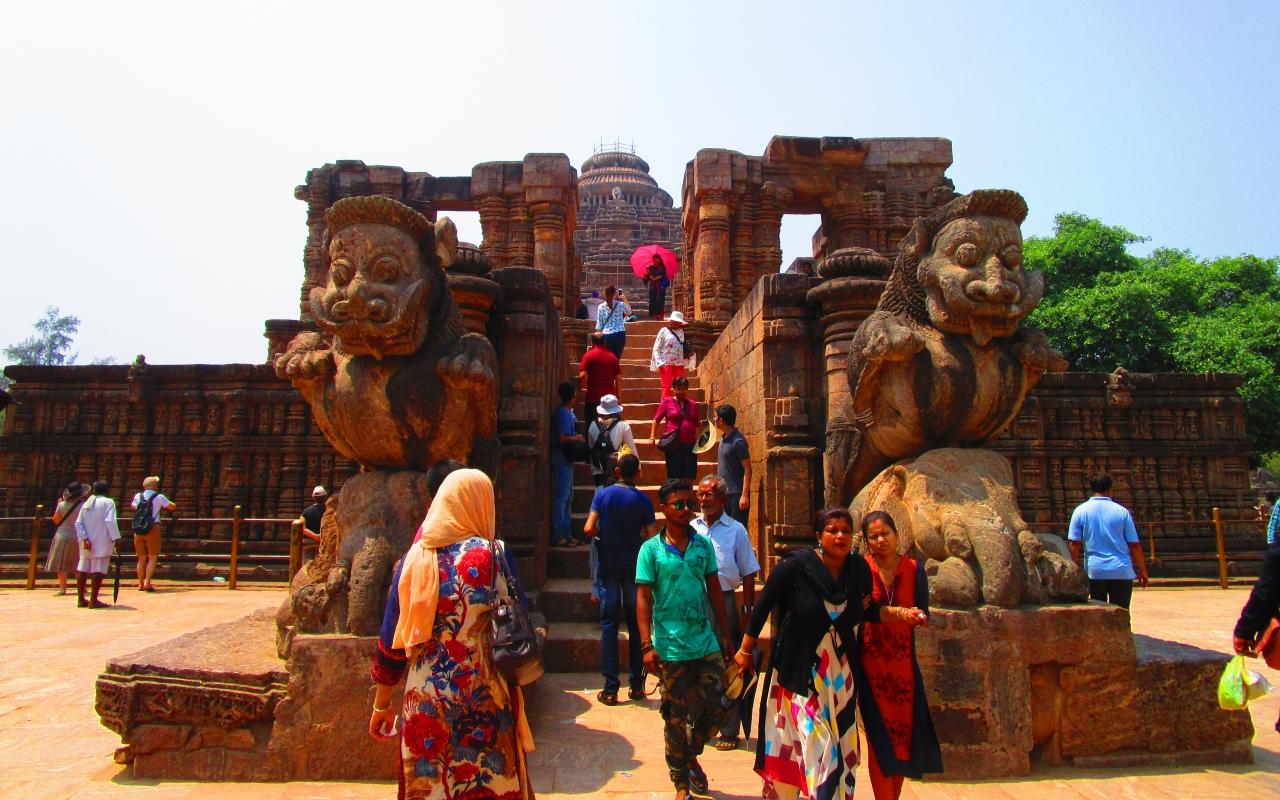 スーリヤ寺院には半人間の銅像がたくさんあります。