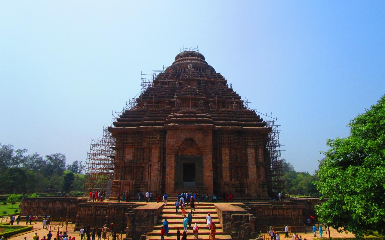 補強されているスーリヤ寺院。