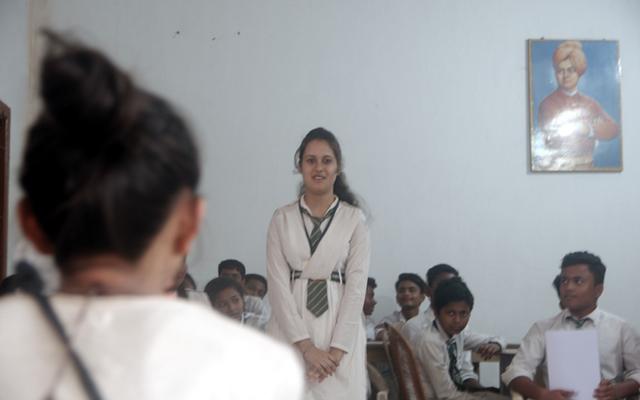 インド現地小学校、C.S.アカデミーの生徒との交流の様子。