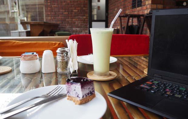 パイナップル×ミント×ハニーのジュースとブルーベリーチーズケーキ。
