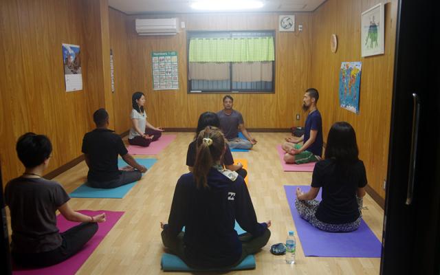 プラカーシュの指導で瞑想する。