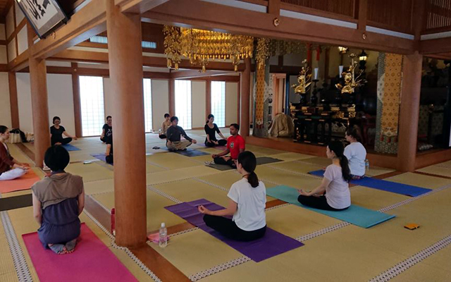 インドヨガ留学を東京のお寺で受けてもらう様子