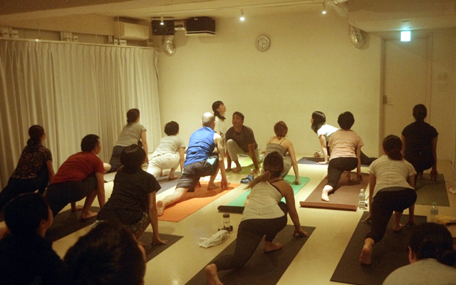 インドヨガ留学の講師のヨガを日本で受けてもらいました。
