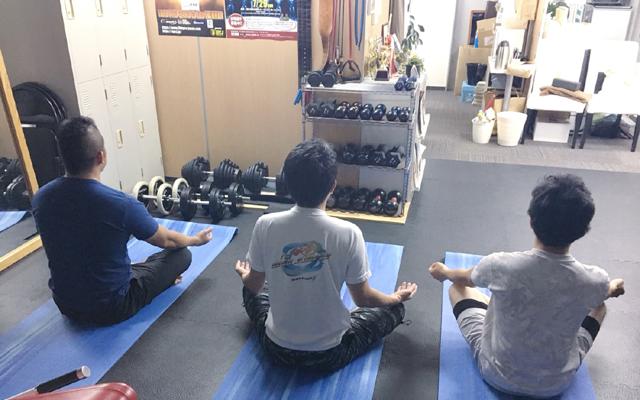 メンズヨガで、瞑想と呼吸法を教える