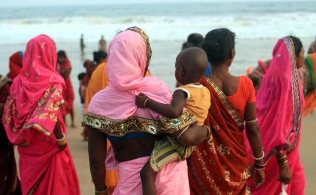 海辺にいる綺麗なサリーを着る女性たち