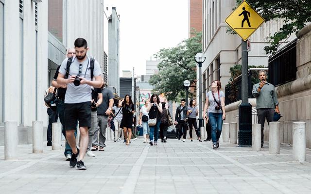 何となく歩く男性のイメージ