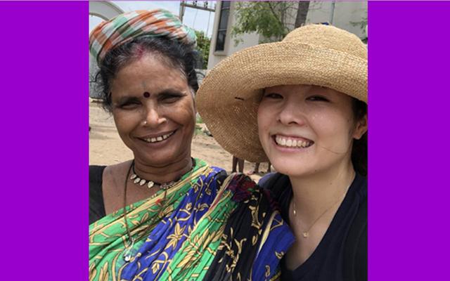 インドでバナナ売りの女性と一緒に写真を。