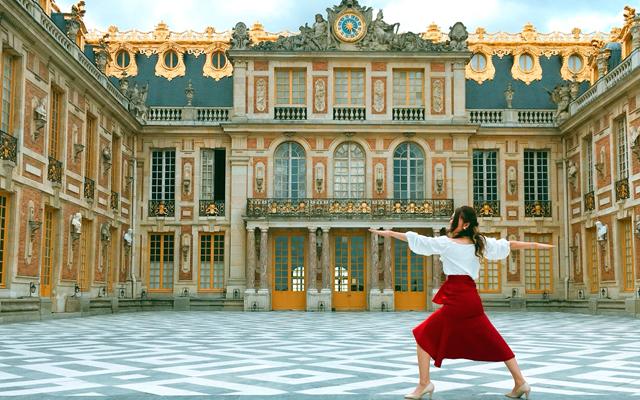 ヴェルサイユ宮殿の前でのアーサナの写真撮影