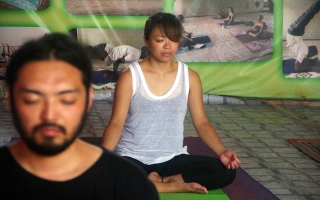 ホテルヨガホールで瞑想するみきちゃん