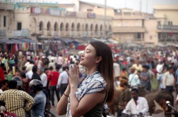 ジャガンナート寺院付近でお祈りをするあっちゃん