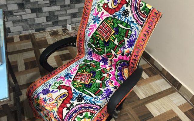ヨガスタッフ用の椅子に柄物のラグを敷く