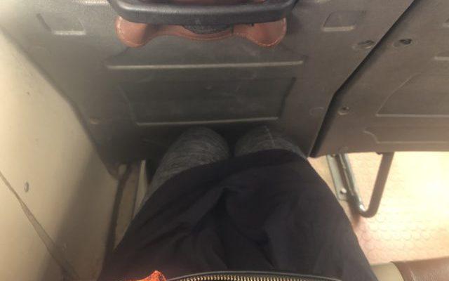 バスの足下の広さの写真。
