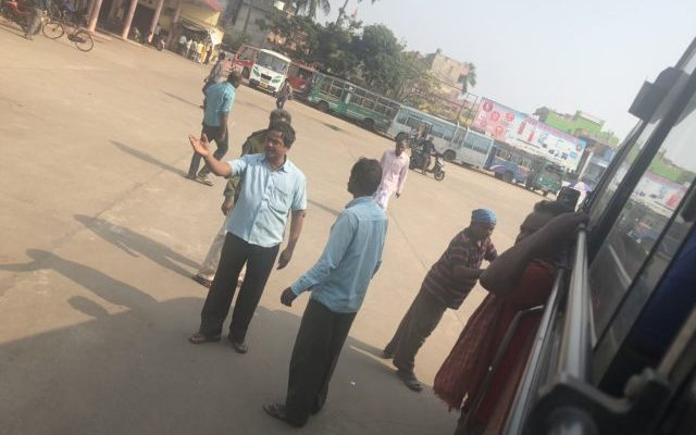 バスの乗車口付近でもめるインド同士。