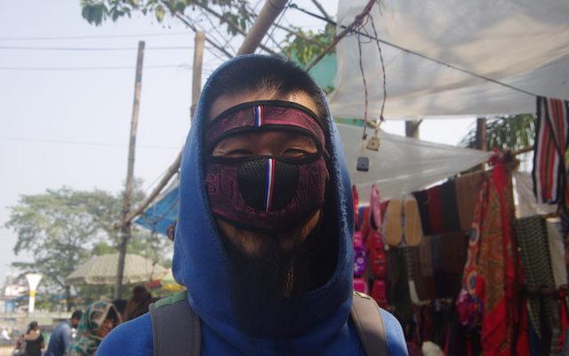 顔にマスクをあてるこうすけさん