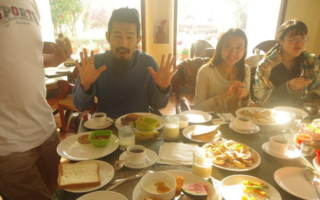 ホテルのテーブルにたくさんの食事が並ぶ