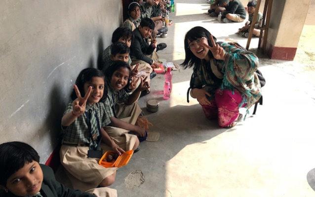 サンタナの学校でお弁当を食べる子供達と一緒に記念撮影