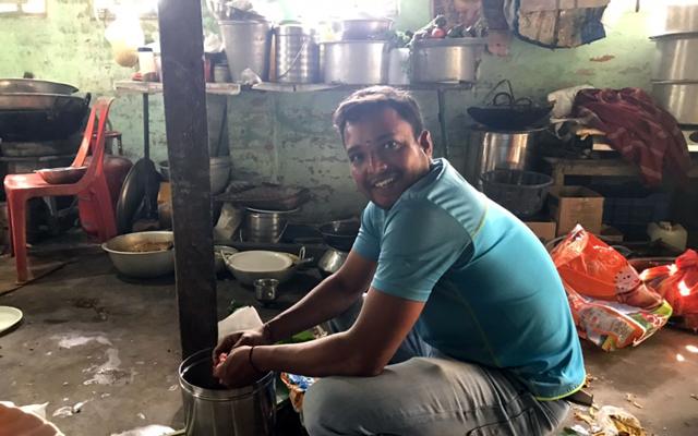 座って料理を作ってくれるインド人