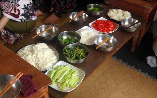 胃を休める日の昼食。素麺とインドで買った食材で付け合せ。