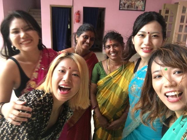 着付けてくれるインド人女性
