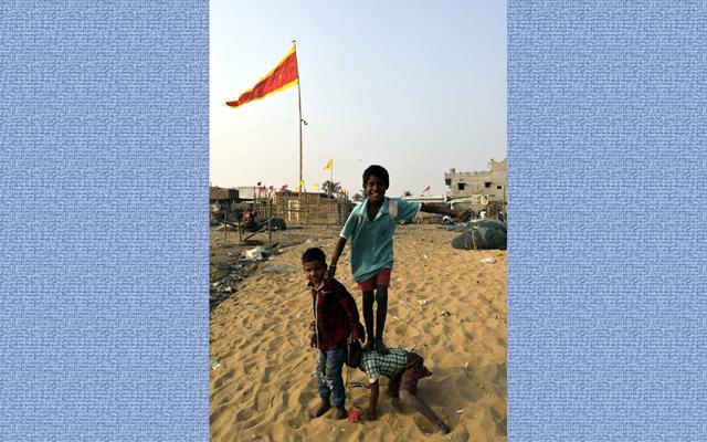漁村のビーチで出会った子どもの写真