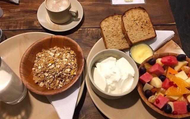 左:シリアル、右;フルーツサラダ