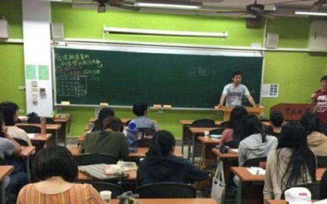 台湾の大学で話す坂本さん