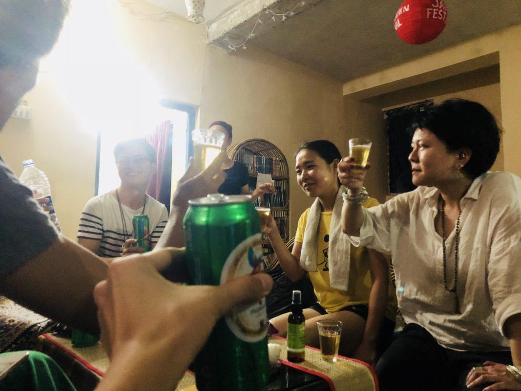 スタッフ、宿泊者、ヨガ生同士で乾杯しています!