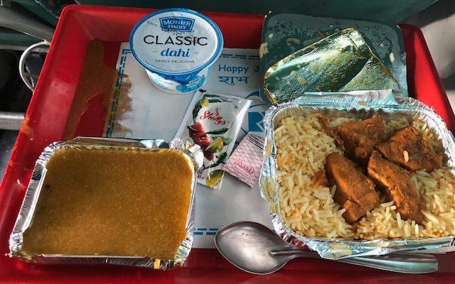 コルカタ行きの電車の食事の写真