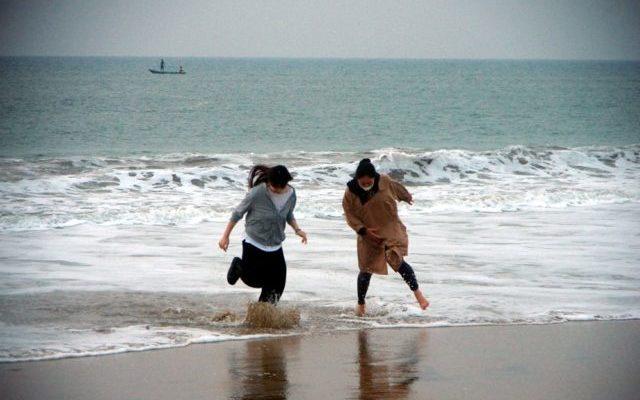 靴を履いたまま海の中へ