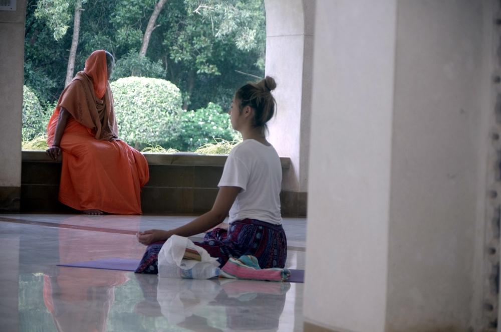 瞑想センターで瞑想中のさゆちゃん