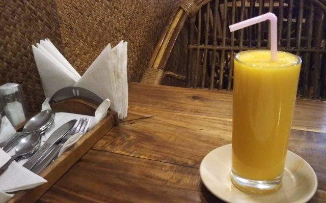 テーブルに乗ったマンゴージュース
