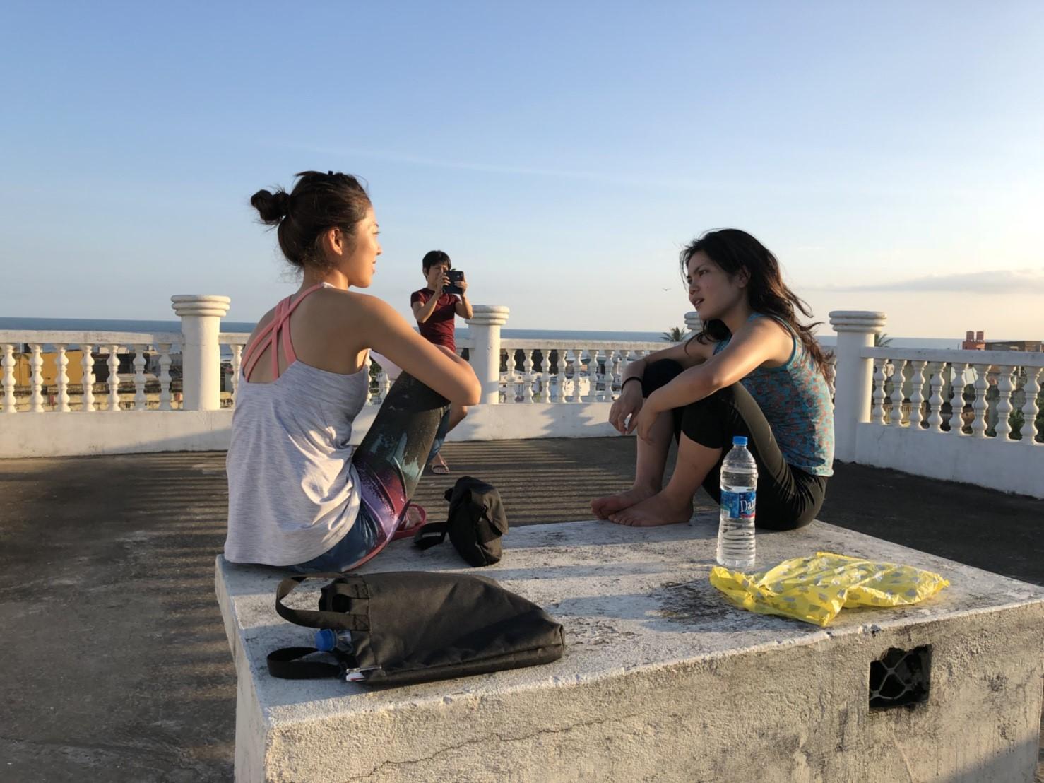 ホテルの屋上で参加者と話すマリアちゃん